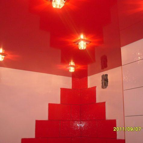Красный глянцевый натяжной потолок со светильниками