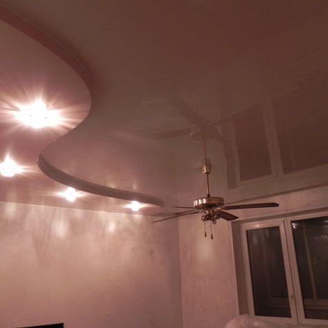 Вентилятор на многоуровневом натяжном потолке
