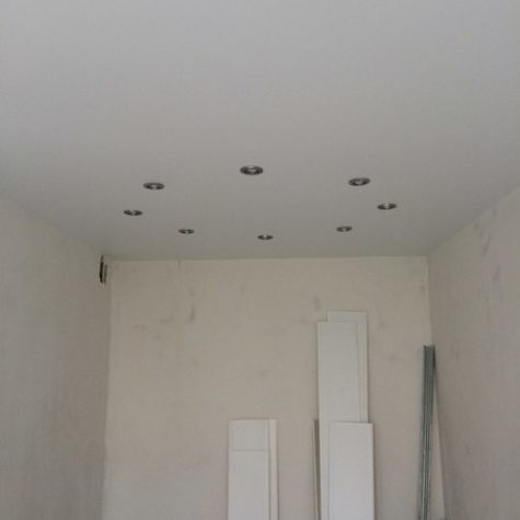 Светильники на матовом белом натяжном потолке