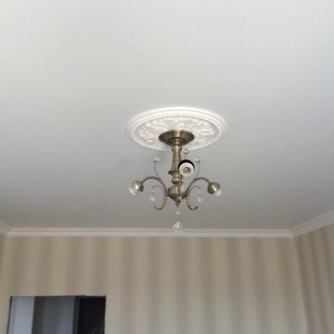 Люстра с декоративным основанием на матовом натяжном потолке