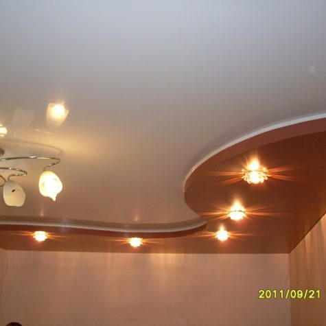 Многоуровневый натяжной потолок с установленным освещением
